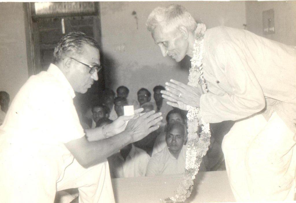 मित्र श्री भारतभूषण के साथ (शाहदरा दिल्ली, 1980)
