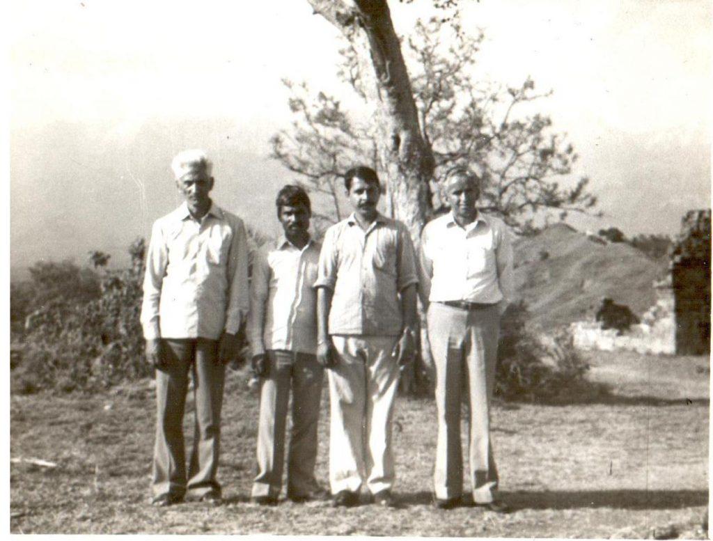 मित्र श्री बंशीधर के साथ (काँगड़ा किला, 1975)