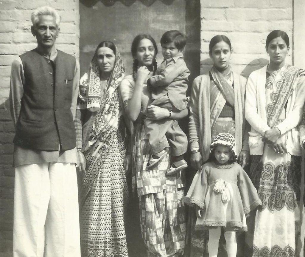 धर्मपत्नी श्रीमती लज्जावती, बाटियाँ कुसुम, प्रेम, स्वर्ण, नातिन भावना एवम नाती नवनीत के साथ (शाहदरा दिल्ली,1978)